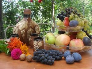 Frutas y una original botella sobre la mesa