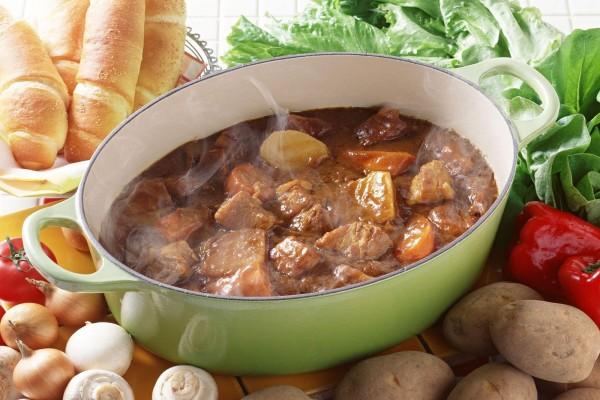 Humeante cazuela con estofado de ternera, patatas y verduras