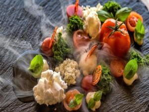 Plato de cocina moderna: verduras con humo