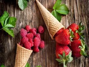 Postal: Conos con fresas y frambuesas