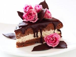 Torta cubierta con chocolate glaseado y rosas