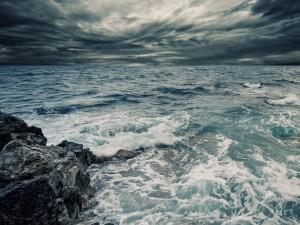 Postal: Nubes sobre un mar revuelto