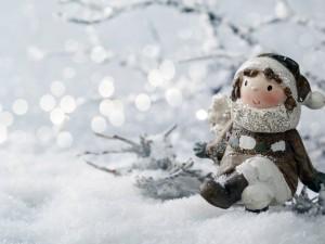 Postal: Estatuilla entre la nieve