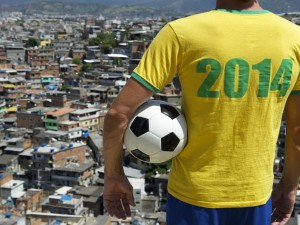 Muchacho con la camiseta Brasil 2014