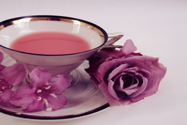 Platillo y taza con té de rosas