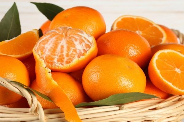 Naranjas y mandarinas en una cesta