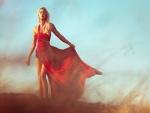 Chica con un vestido estampado de color rojo
