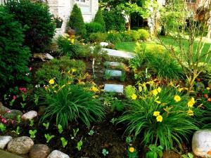 Postal: Jardín junto a la casa