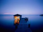 Barca en el muelle del lago