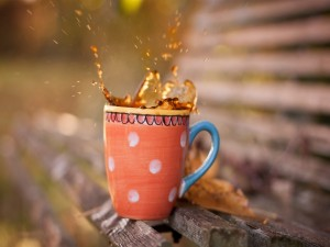 Taza de café sobre un banco de madera
