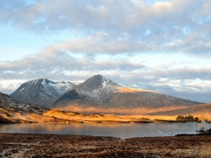 El sol iluminando la zona inferior de las montañas