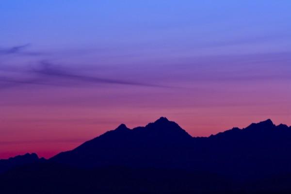 Un bonito cielo sobre las montañas