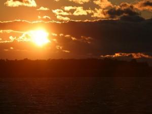 Postal: El sol en el cielo al atardecer