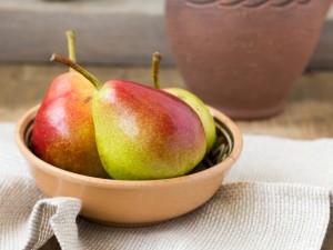 Deliciosas peras en un cuenco