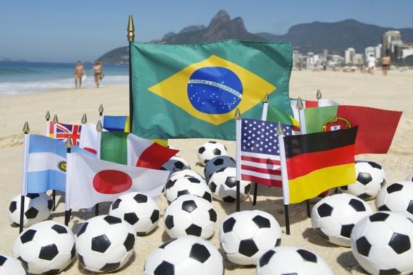 Balones y banderas en la playa al comienzo del Mundial 2014