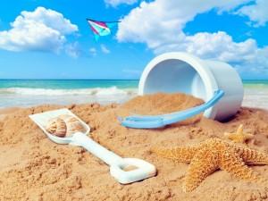 Cubo, pala y una cometa para jugar en la playa