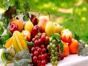 Postal: Frutas decorando la mesa