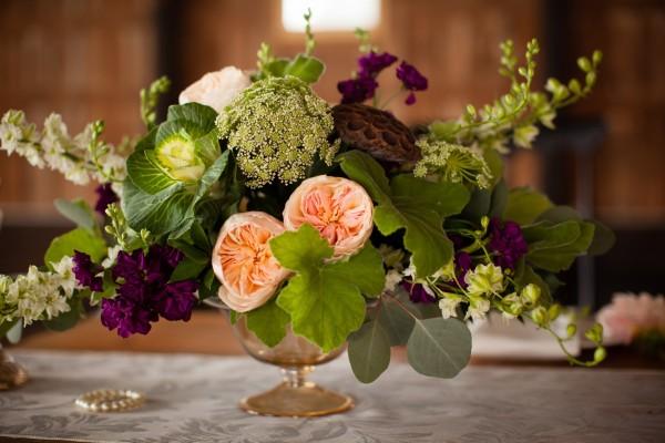 Un original centro de mesa con flores y hojas
