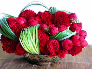 Ramo de flores rojas en un plato