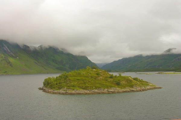 Niebla sobre unas montañas noruegas