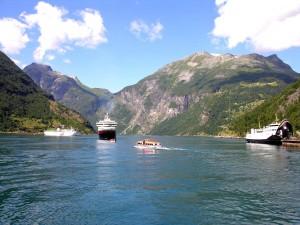 Barcos en el fiordo de Geiranger (Noruega)