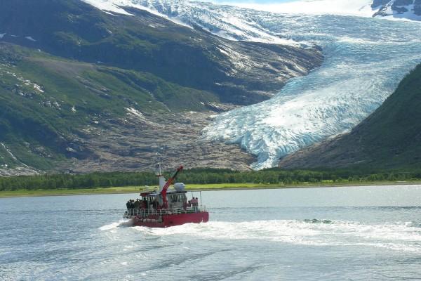 Turistas observando el glaciar de Svartisen, Noruega
