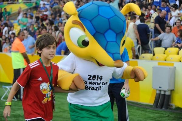 Un niño con Fuleco, la mascota de la Copa Mundial de Fútbol Brasil 2014