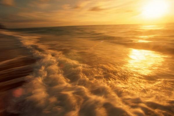 La luz del sol sobre el agua del mar