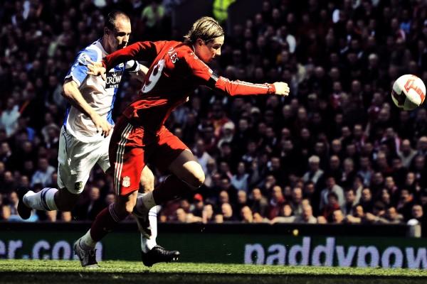 Fernando Torres en un partido con el Liverpool F.C.