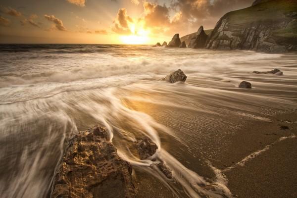 El sol en el horizonte visto desde la playa