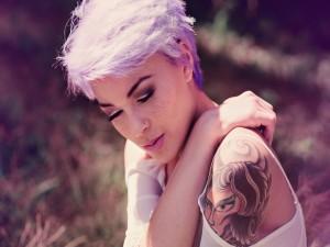 La modelo Kara McGnarley mostrando su tatuaje