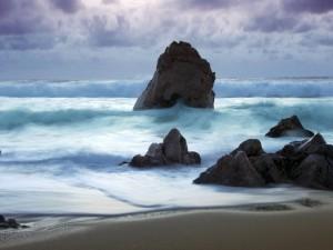 Postal: Grandes rocas y olas en el mar
