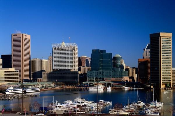 Barcos y edificios en la ciudad