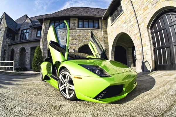 Lamborghini con las puertas abiertas