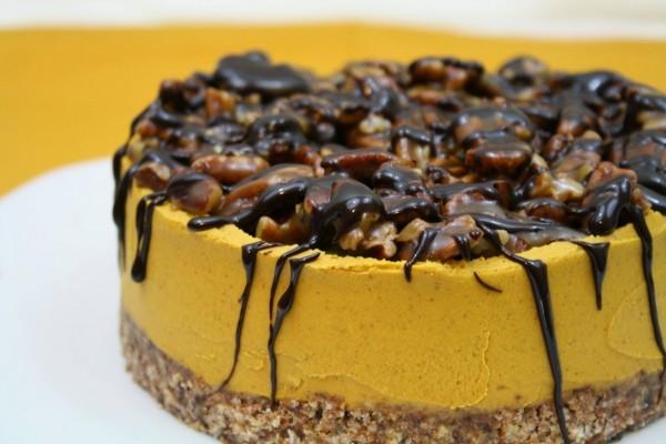 Un cheesecake de calabaza y nueces caramelizadas