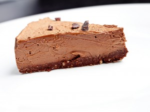 Postal: Porción de una tarta cremosa de chocolate