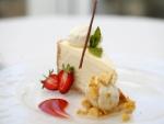 Pastel de queso con fresas y helado