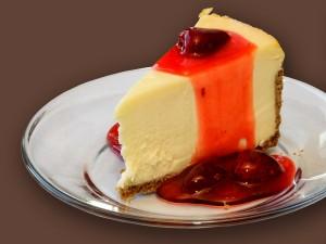 Postal: Cheesecake con salsa de fresas