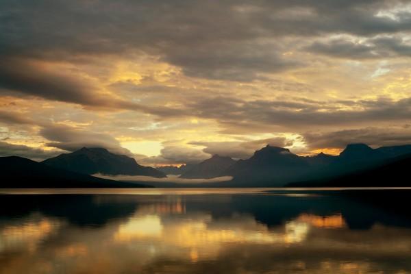 Cielo cubierto de nubes sobre el lago