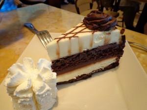 Porción de tarta blanca y negra