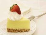 Tarta de queso con nata y una fresa