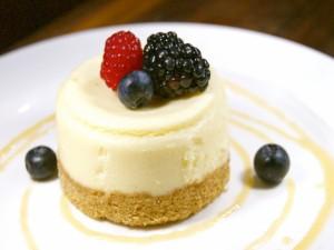 Pastel de limón y queso con frutos rojos