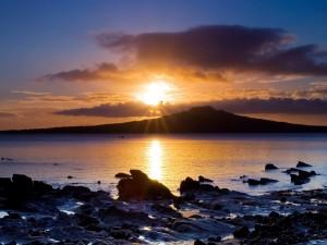 Postal: El sol del atardecer entre las nubes