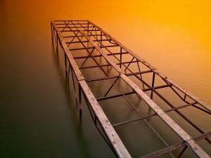 La estructura de un muelle sobre el agua
