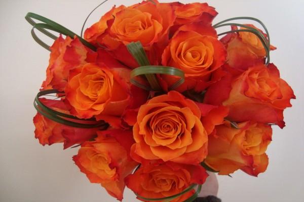 Un ramo de novia con rosas naranjas