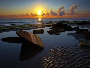 Mar y piedras iluminados por el sol