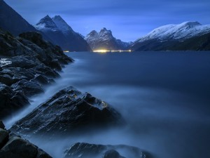 Niebla cubriendo la superficie del lago