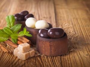 Bolas de chocolate blanco y negro, canela, azúcar y menta