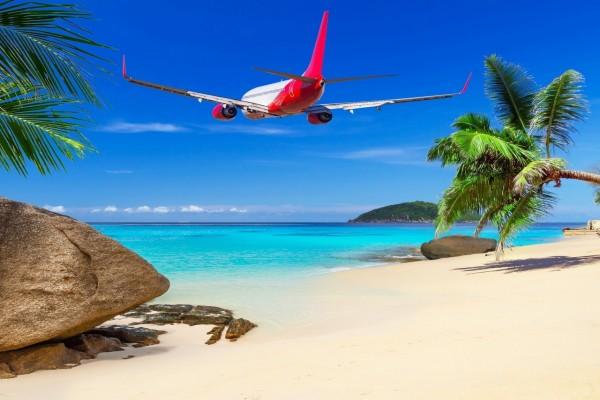 Avión volando sobre la playa