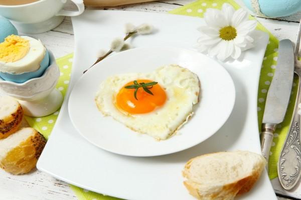 Huevo con forma de corazón para un rico desayuno